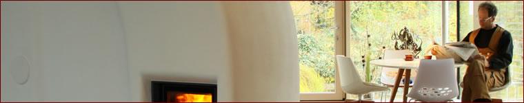 Ein Speicherofen von Lehm und Feuer, gemauert wie ein traditioneller Kachelofen, vereint die Vorteile des Grundofens mit künstlerischer Gestaltung.